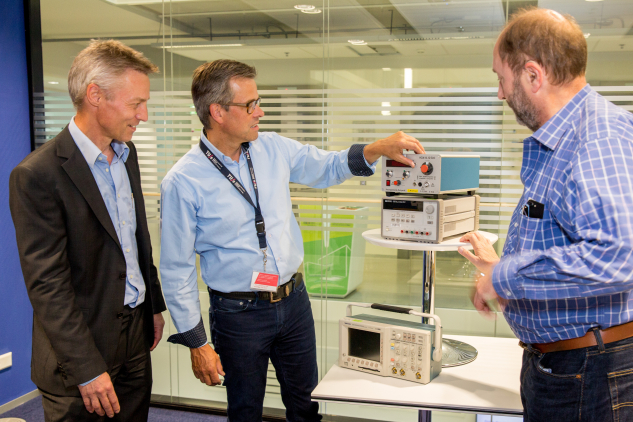 Igolt Ubbens, Group Manager Electronic and Photonic Instrumentation, Philips Innovation Services (left) with prof.dr.ir. Bart Smolders, Dean of the Department of Electrical Engineering (center), prof.dr.ir. Gerrit Kroesen, Dean of the Department of Applied Physics (right), and a selection of the test and measurement equipment donated to the TU/e.